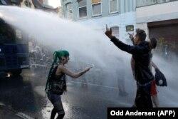 Поліція розганяє учасників протесту в Гамбурзі, 6 липня 2017 року