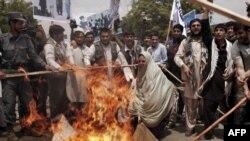 تظاهرات معترضان در برابر سفارت جمهوری اسلامی در کابل.
