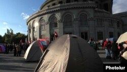 Палаточный лагерь армянской оппозиции на площади «Свободы» в Ереване. 1 октября 2011 года.