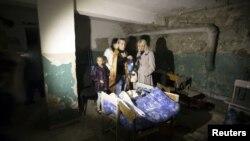 Жителі Донецька переховуються у підвалі, жовтень 2014 року