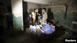 Люди переховуються у підвалі у Донецьку, жовтень 2014 року