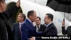 Sergei Lavrov (majtas) dhe Ivica Daçiq në aeroportin e Beogradit