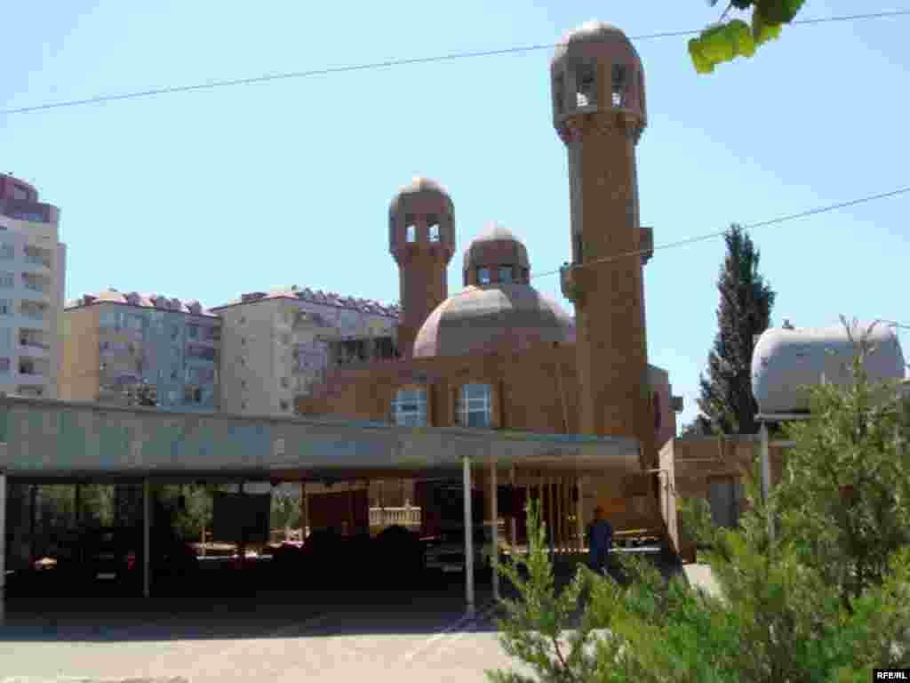 «Əbu-Bəkr» məscidi. 2008-ci il avqustun 17-də baş verən partlayışdan sonra məhkəmə qərarı ilə bağlanıb.