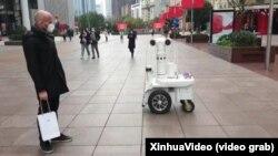 Китайський патрульний дрон, який сканує обличчя перехожих, Шанхай, лютий 2020 року