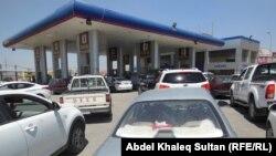 سيارات في الانتظار امام احدى محطات تعبئة الوقود في دهوك