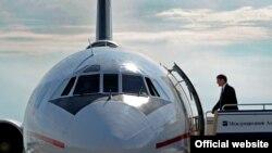 Алмазбек Атамбаев и самолет. 2012 год.