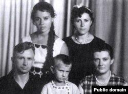 Дочкі Тодара Кляшторнага: уверсе Мая і Валя, унізе — Тадзіяна з мужам і сынам