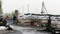 Украина -- Герз долу стаг ву Комбикорм заводана уллехь ха деш. Оьрсийчоьнехьа болчу сепаратисташа закъалтана нах лоьцу. Славянскана гена доццуш, Оха 30, 2014