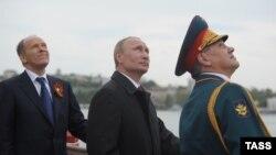 Prezident Vladimir Putin (ortada), müdafiə naziri Sergei Shoigu (sağda) və FTX-nin başçısı Aleksandr Bortnikov