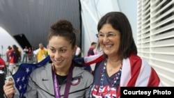 Элизабет Стоун и ее приемная мать Линда на Паралимпийских играх в Лондоне в 2012 году