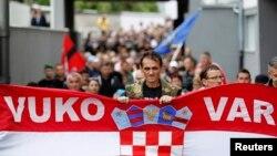 Fotografi nga protesta e sotme në Vukovar të Kroacisë kunër shenjave që janë shkruar edhe në alfabetin cirilik që përdoret nga serbët, 3 shtator 2013