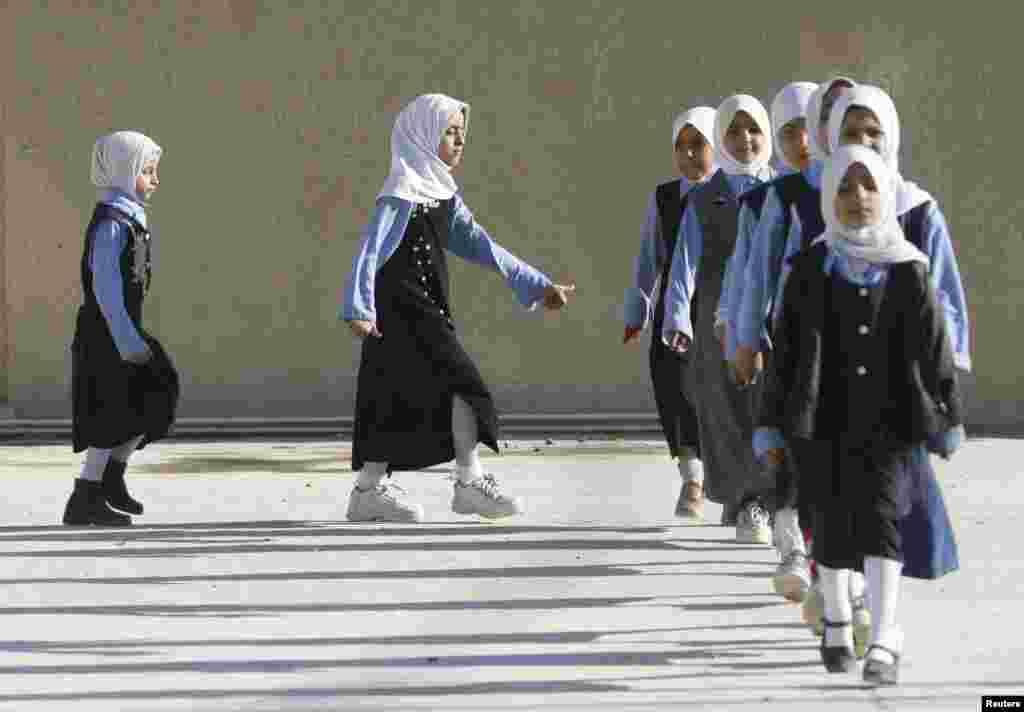 Подобную форму носят в иракских школах-интернатах
