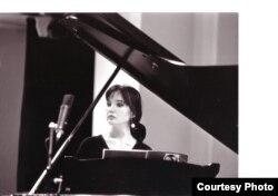 Пианистка Элеонора Накипбекова выступает на концерте.