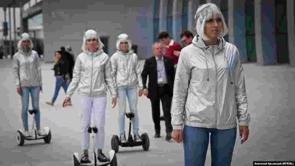 Пассажиров под музыку развлекали «космические» девушки на гироскутерах