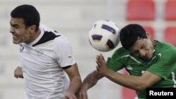 لاعب الأولمبي العراقي سيف سلمان في صراع على الكرة مع الأوزبكي موساييف فوزيل