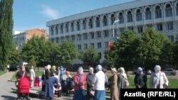 Бер төркем мөселман хатын-кызлары прокуратура бинасы каршында, 30 май 2011
