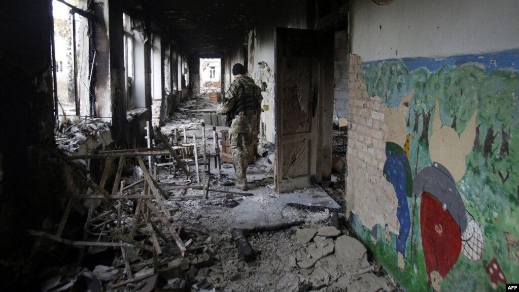 Разрушенная школа, недалеко от Донецка, 2015 год