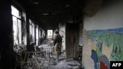 Український військовослужбовець в зруйнованій школі у селі Піски, що поруч з Донецьком, 26 жовтня 2015 року