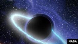 Черная дыра поглощает звезду, превратившуюся в ленту светящегося газа. На горизонте событий черной дыры, когда вещество звезды падает в гравитационную ловушку — образуется кольцо, светящееся в ультрафиолетовом и рентгеновском диапазоне.