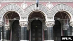 Центральний вхід до будівлі НБУ
