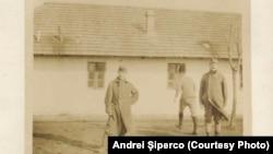Prizonieri la Șipote. Sursa: Andrei Șiperco (ed.), Tragedii și suferințe neștiute...., 2003 (AFB, E 2020 Schachtel nr. 111).