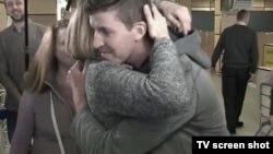 Член экипажа Виталий Самохвалов встречает родных в аэропорту Симферополя. 6 марта 2017 г.