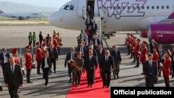 """უნგრეთის პრემიერ-მინისტრი თბილისს """"ვიზეარის"""" თვითმფრინავით ეწვია."""