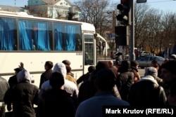 Митингующие не дали сотрудникам милиции, прибывшим на место событий, выйти из автобуса