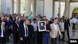 بر اساس برخی گزارشها نهادهای امنیتی مانع برگزاری مراسم تشییع جنازه عباس امیرانتظام از مقابل خانه او شدهاند