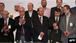 معاذ الخطیب (نفر اول از سمت راست)، رهبر ائتلاف جدید اپوزیسیون سوریه است.