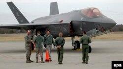 Американский личный состав на военной базе в Амари