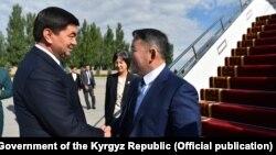 Президент Монголии Халтмаагийн Баттулга (справа) и премьер-министр Кыргызстана Мухаммедкалый Абылгазиев (слева).