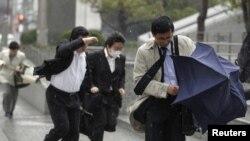 Дауылдан қашқан токиолықтар. 3 сәуір 2012 жыл. Көрнекі сурет.