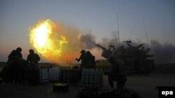 Израильская армия наносит удар по району в секторе Газа. 21 июля 2014 года.