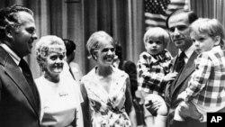 Жо Байден эки уулун көтөрүп турат, 1972-жыл.