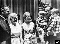 Senator Joe Biden nosi svoja dva sina Josepha i Roberta, 1972.
