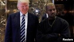 Rapperul Kanye West cu Donald Trump, pe care îl admiră, deși și el și-ar dori să devină președinte SUA.