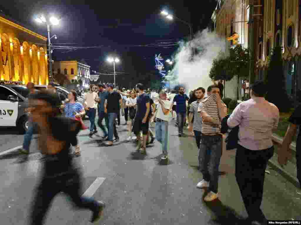 """Полиция дважды попыталась разогнать протестующих слезоточивым газом. Также, как сообщает телеканал """"Рустави 2"""", по толпе стреляли резиновыми пулями."""