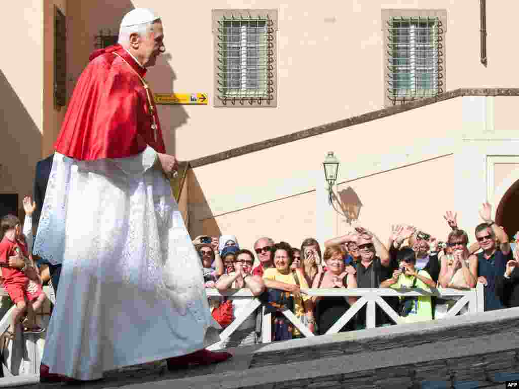 Папа Рымскі Бэнэдыкт XVI зьвяртаецца да вернікаў у італьянскім гарадку Кастэлгандолфо.