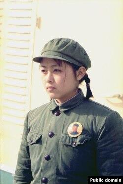 Девушка в униформе. Пекин. Китай. 21 февраля 1972. Фото Byron E. Schumaker