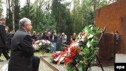 Польша президенты Катынь урманнарында атып үтерелгән офицерлар истәлегенә чәчәкләр куя