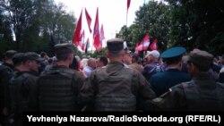 Бійці Національної гвардії взяли в кільце до 200 учасників акції «Полк перемоги», розділивши таким чином учасників протистояння, Запоріжжя, 9 травня 2017 року