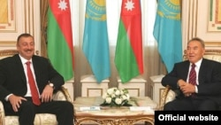 Kazakh President Nursultan Nazarbaev (right) and his Azerbaijani counterpart Ilham Aliyev.