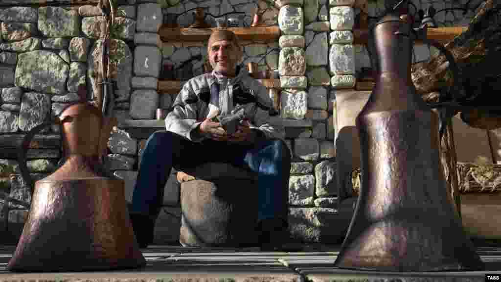 Kurtveliyev Bazarçıq köyündeki eviniñ azbarında