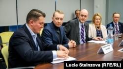 Станіслав Асєєв (другий зліва) і президент корпорації Радіо Свобода Джеймі Флай (третій зліва)