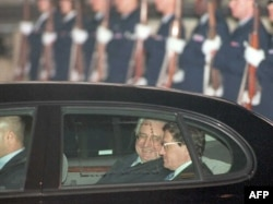 Franjo Tuđman stiže na mirovne pregovore u Dejtonu u pratnji Ričarda Holbruka.
