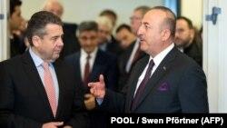 Министр иностранных дел Германии Зигмар Габриэль (л) и его турецкий коллега Мевлют Чавушоглу, Берлин, 6 января 2018 г.