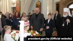 Аляксандар Лукашэнка з сынам Мікалаем у царкве, архіўнае фота
