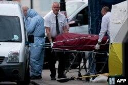 Медики забирают тело погибшей в Лондоне, 3 августа 2016 года