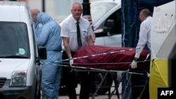 Тело погибшей женщины забирают с Рассел-Сквер